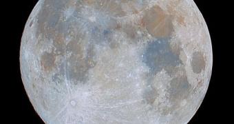 Luna llena con color enfatizado para observar diferencias en la composición química